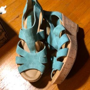 Sz 6 Wide Softspots teal suede wedge sandals